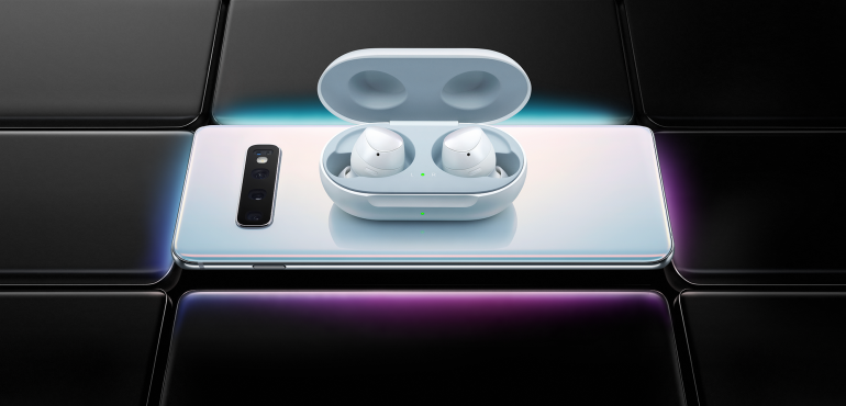 Samsung Galaxy S10 pack shot with earpods Samsung buds hero size