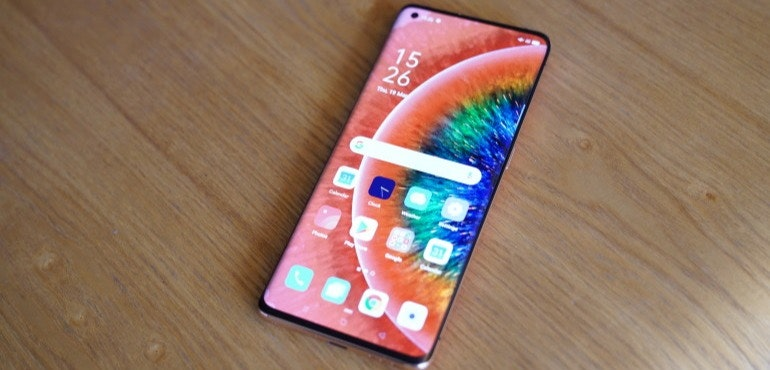 Oppo Find X2 homescreen on table hero size