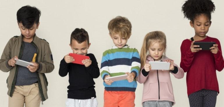 kids using smartphones hero