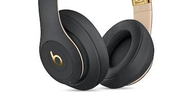 Apple priming new, over–ear headphones