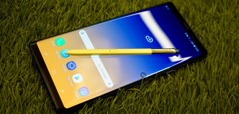 Samsung Galaxy Note 9 homescreen blue S Pen stylus hero