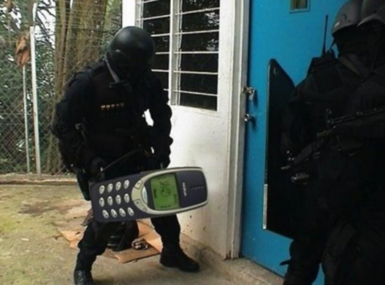Nokia-3310-battering-ram