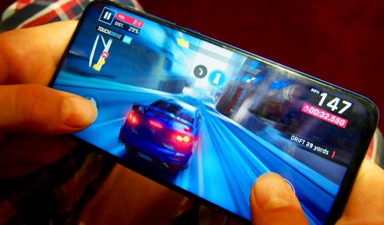 Honor View 20 racing game in hand