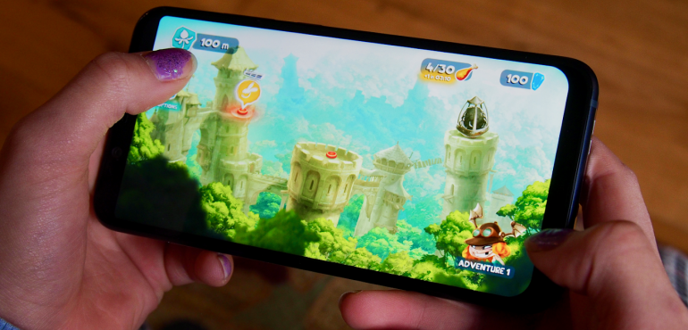 Nokia 8.1 gaming in hand hero size