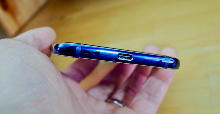 Nokia 9 USB bottom